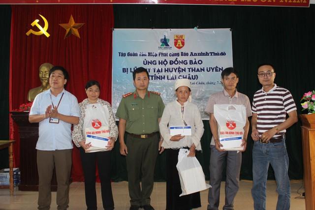 Ông Lê Nguyễn Đức Khôi, Trường phòng Quan hệ Công chúng Tập đoàn Tân hiệp Phát trao tận tay hàng trăm món quà đến đồng bào Hà Giang, Lai Châu