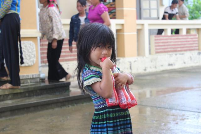 Niềm vui của một em bé khi nhận được quà từ Tập đoàn Tân Hiệp Phát
