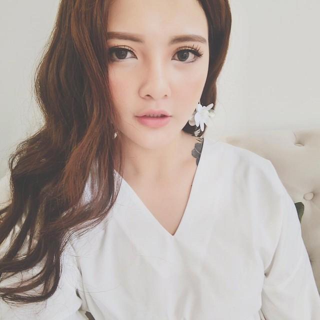 Em gái Hoa hậu Thể thao 2007 Trần Thị Quỳnh là Trần Thị Huyền (20 tuổi). Cô hiện là sinh viên học viện đào tạo thiết kế thời trang tại Sài Gòn. Không chỉ sở hữu gương mặt xinh xắn, đôi mắt to tròn, Huyền còn được gưỡng mộ bởi phong cách thời trang bắt mắt, thu hút.