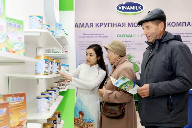 """Sản phẩm Vinamilk được trưng bày tại hội chợ """"Hàng Việt Nam chất lượng cao Mátxcơva 2015"""" tại Nga và đã chiếm được cảm tình của người tiêu dùng nơi đây."""