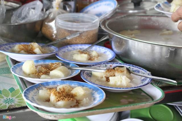 Đặc sản vùng đất Củ Chi, khoai mì hấp nước cốt dừa có giá 5.000 đồng/dĩa, mỗi ngày, quán sử dụng khoảng 100 kg khoai nguyên liệu.