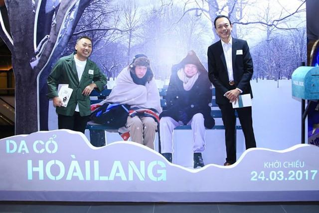 Nghệ sĩ Thanh Hoàng (phải) và đạo diễn Nguyễn Quang Dũng trong buổi ra mắt bản điện ảnh của Dạ cổ hoài lang năm 2017