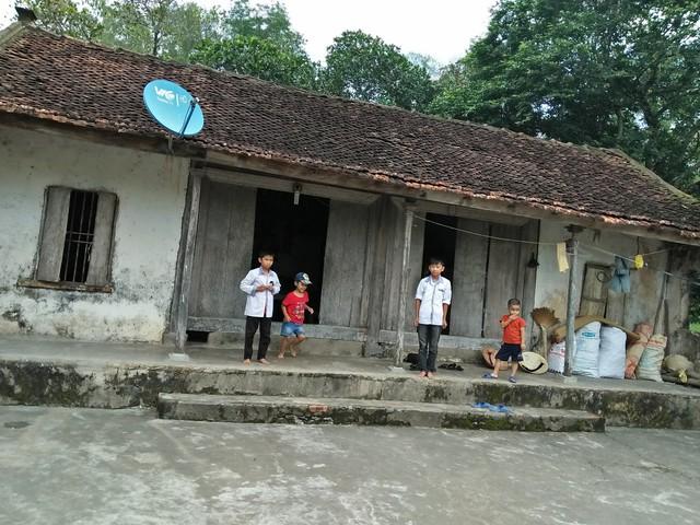 Căn nhà nhỏ bị dột nát, thấm nước mỗi khi có mưa lớn là nơi trú ngụ của bà Loan và hai cháu nhỏ.
