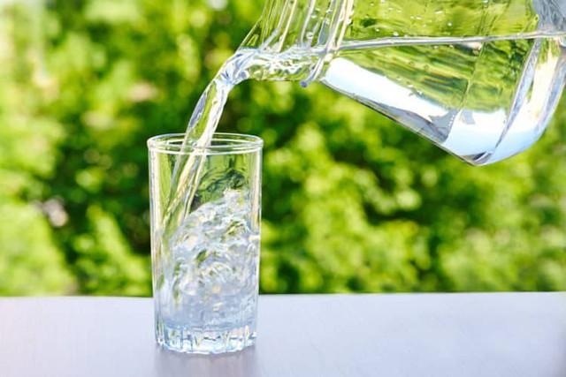 Nước mát sẽ giúp làm giảm nhanh cơn bốc hỏa