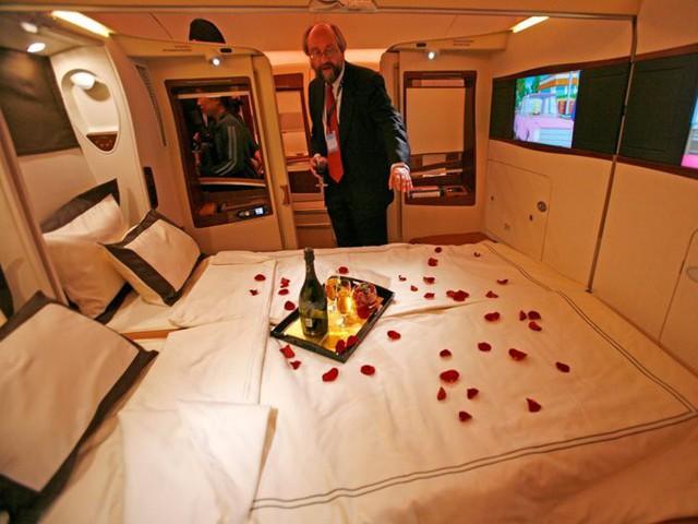 Singapore Airlines được xếp hạng hãng bay tốt nhất năm 2018 do Skytrax bình chọn. Đây cũng là hãng hàng không hiếm hoi có giường đôi cho khách, giá cho suất bay đặc biệt từ Singapore tới New York (Mỹ) khoảng 23.000 USD. 8 đầu bếp nổi tiếng thế giới liên kết với hãng để thiết kế thực đơn cho khách bay khoang hạng nhất. Trong đó có một siêu đầu bếp Italy đạt 3 sao Michelin và từng là đầu bếp tốt nhất New York năm 1993.