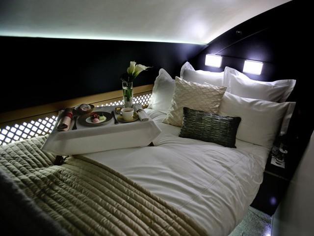 Etihad Airways là hãng hàng không lớn thứ hai của Các tiểu vương quốc Ả Rập Thống nhất. Hãng có ghế hạng nhất sang trọng được thiết kế như một căn suite ba phòng. Phòng khách có ghế sofa bọc da, hai bàn ăn, một màn hình phẳng 32 inch. Phòng ngủ có giường đôi kèm màn hình phẳng 27 inch. Phòng vệ sinh có đủ đồ để tắm rửa từ các loại dầu tới khăn tắm, máy sấy...