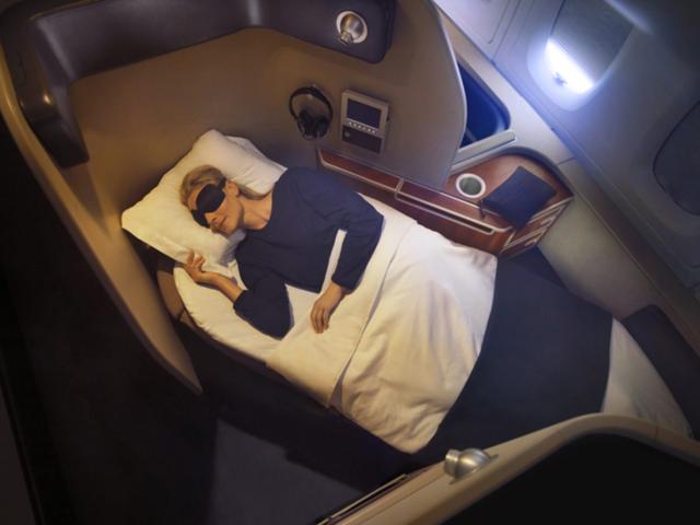 Qantas Airways là hãng hàng không lớn nhất ở Australia. Hãng thành lập từ năm 1920. Ở phòng chờ cho khách ngồi ghế hạng nhất ở Sydney và Melbourne đều có khu spa. Du khách có thể tranh thủ thời gian để massage trước khi phải ngồi máy bay nhiều giờ. Bạn có thể tận hưởng không gian riêng, yên tĩnh với gối, chăn, nệm da cừu, tai nghe, đồ ngủ, bộ vệ sinh cá nhân, nút tai, miếng che mắt.