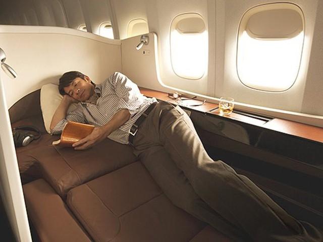 Japan Airlines là hãng hàng không quốc gia của Nhật Bản thành lập từ năm 1953. Mỗi ghế hạng nhất của hãng này có thể rộng như một căn hộ thu nhỏ ở New York với đầy đủ tiện nghi từ đồ ngủ, nước hoa, son môi, mặt nạ... Du khách có thể giải trí bằng rất nhiều trò chơi điện tử, âm nhạc, phim và show truyền hình chiếu trên màn hình rộng 23 inch.