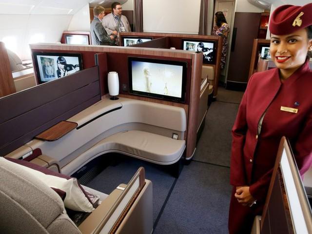 Qatar Airways chỉ có 8 ghế ở khoang hạng nhất. Mỗi ghế có thể chuyển thành giường nằm với đủ chức năng cung cấp cho khách giấc ngủ ngon. Đồ ăn của khách giống bữa ăn ở nhà hàng 5 sao hơn là trên máy bay. Bạn có thể chọn món chính nếu đặt trước chuyến bay 14 ngày vì hãng có phục vụ bữa ăn theo yêu cầu.