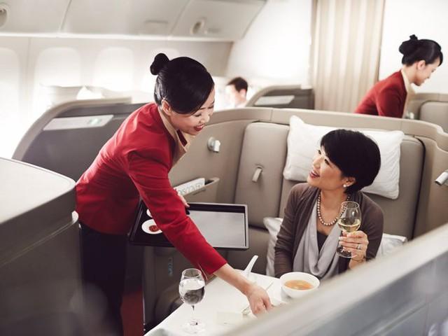 Cathay Pacific Airways là hãng bay có trụ sở tại Hong Kong, được thành lập từ năm 1946. Ghế hạng nhất của hãng được thiết kế như ghế massage tạo cảm giác thoải mái cho khách, và cũng có thể kéo thành giường với đủ chăn, gối, nệm. Hãng có phòng chờ hạng nhất ở khắp thế giới, trong đó tại In the Wing (phòng chờ ở Hong Kong), du khách sẽ tìm thấy phòng nghỉ riêng với bồn tắm lớn, vòi sen và ghế sofa.