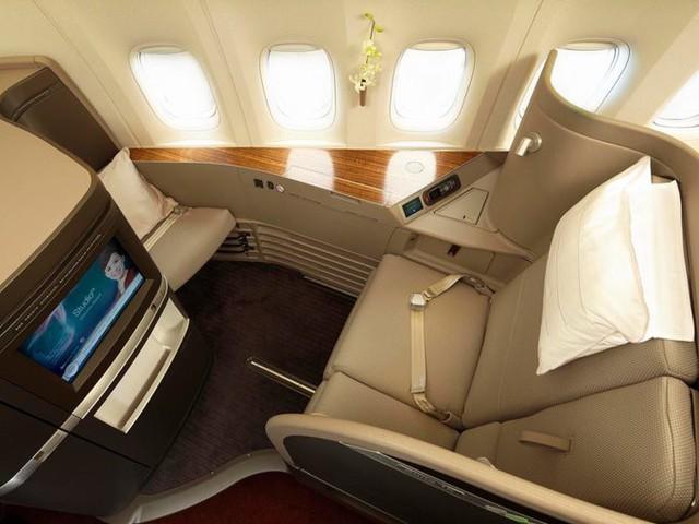 All Nippon Airlines (ANA) là hãng hàng không lớn nhất của Nhật Bản. Ghế hạng nhất của hãng trang bị màn hình LCD 23 inch, một bộ đồ khoác và giày, điện thoại riêng, cùng với cửa trượt tiện nghi. Phòng chờ hạng nhất cũng không làm du khách thất vọng với khu tắm, khu làm việc, phục vụ đồ ăn và đồ uống có cồn. Thực đơn cũng được thay đổi liên tục theo tháng, tùy từng đường bay.