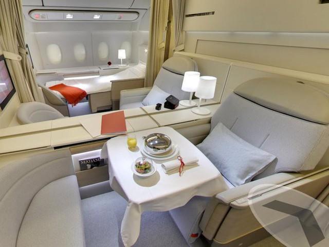 Air France là hãng bay thành lập năm 1933 của Pháp. Khoang hạng nhất của họ có tên gọi La Premiere với chỉ 8 chỗ. Mỗi ghế hạng nhất có thể kéo thành giường ngủ dài gần 2m trang bị thêm chăn, gối nệm êm ái. Ngoài bữa ăn được phục vụ tại chỗ, du khách còn được sử dụng đồ uống và đồ ăn buffet.