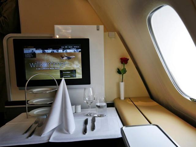 Lufthansa, hãng hàng không lớn nhất của Đức, được thành lập năm 1955. Khách ngồi ghế hạng nhất của hãng sẽ có nhân viên hỗ trợ riêng giúp họ thông báo về các thông tin bảo mật, hành lý, hoãn hủy của chuyến bay... Ghế hạng nhất trên máy bay cũng có thể kéo thành giường ngủ êm ái đủ tiện nghi.