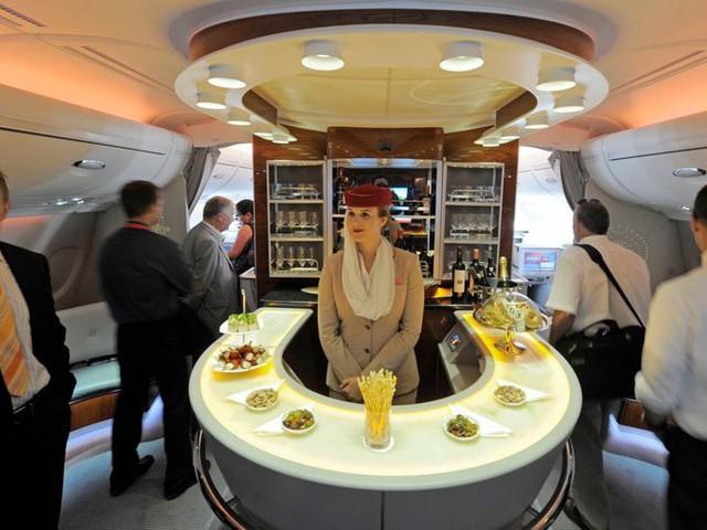 Emirates, hãng hàng không có trụ sở tại Dubai, cho phép khách ngồi hạng nhất được dùng quầy bar lớn với nhiều loại đồ uống sang trọng. Trước khi hạ cánh, du khách có thể tắm rửa và làm spa ngay trên máy bay. Sau khi thư giãn xong, du khách được phục vụ hoa quả, mật ong...