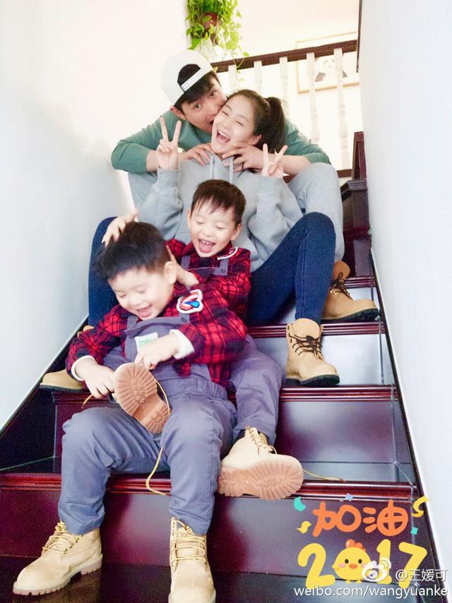 Vương Viện Khải có cuộc sống hạnh phúc viên mãn bên chồng và hai con trai sinh đôi.
