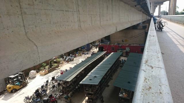 Cảnh buôn bán nhộn nhịp tại khu vực bán hàng nội địa Nhật nhìn từ trên cầu Thăng Long (Hà Nội).                 Ảnh: Nhật Tân