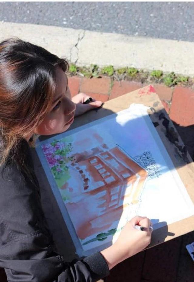 Ảnh chụp Trà My tại cuộc thi vẽ tranh thành phố Staunton 2018.