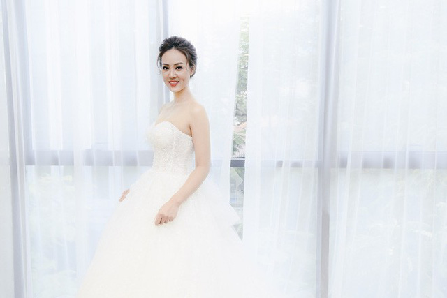 Ngọc Hà thử trang phục cô dâu giữa thời điểm tin đồn chuẩn bị lên xe hoa với Công Lý đang gây xôn xao.