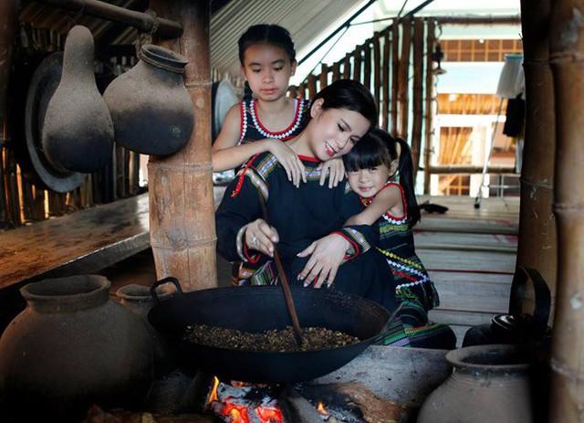 Bà Lê Hoàng Diệp Thảo và 2 con gái nhỏ của bà và ông Đặng Lê Nguyên Vũ. Ảnh: FBNV.