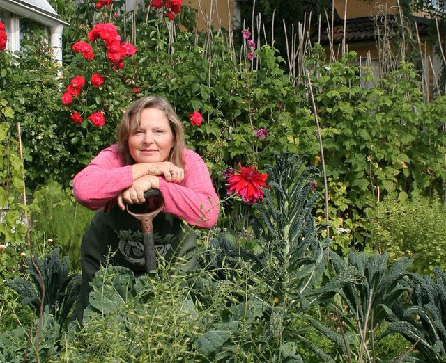 Chị Tyra có một cuộc sống bình yên, dung dị bên những luống rau, thảm hoa trong vườn nhà.