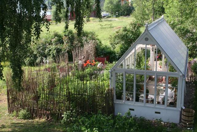 Chị Tyra thiết kế nhà kính, vừa là nơi trồng các loại rau quả vừa để tạo nên một góc làm việc hay nghỉ ngơi gần hơn với thiên nhiên.