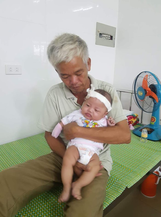 Bé Việt Anh giờ được ông nội chăm sóc ở Bệnh viện Nhi Nghệ An.