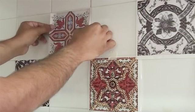 Sử dụng những chiếc giấy dán tường này vô cùng đơn giản, đầu tiên quan trọng nhất là chọn đúng loại bạn thích và có kích cỡ trùng với kích cỡ của gạch lát bạn muốn thay đổi.