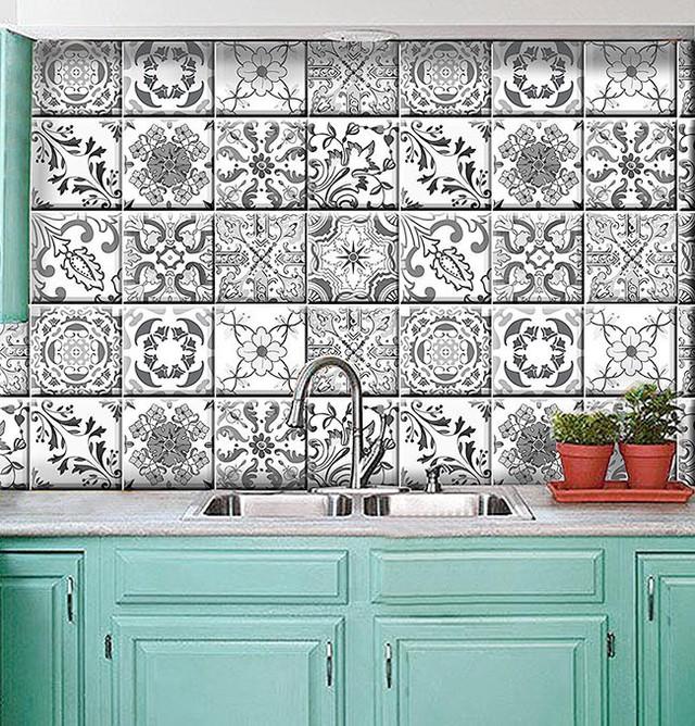 Khu vực nhà bếp trở nên sạch sẽ hơn hẳn nhờ những miếng dán tường này.