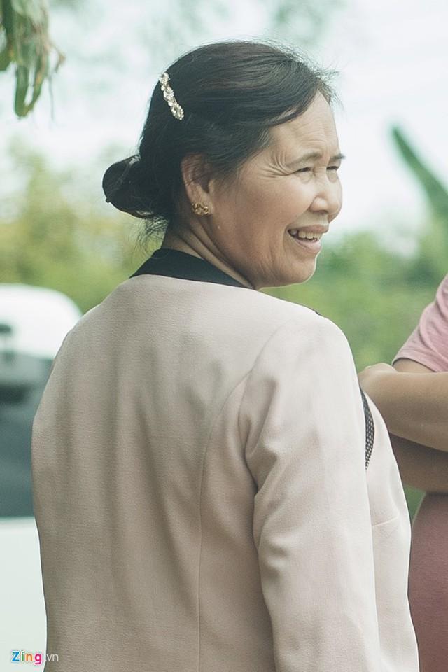 Mẹ Nhã Phương rất vui khi đưa con gái và con rể tương lai về thăm quê.