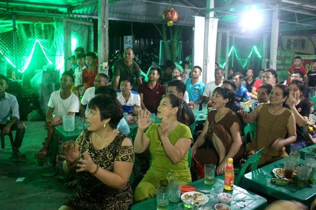 Quán giải khát của bố mẹ cầu thủ Đức Huy chật kín người theo dõi trận đấu giữa U23 Việt Nam - U23 Syria. Ảnh: Đ.Tùy