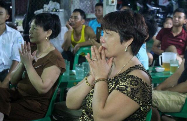 Mẹ Đức Huy không cầm được nước mắt khi cầu thủ Quang Hải bị phạm lỗi dẫn đến chảy máu cuối hiệp phụ thứ 2. Ảnh: Đ.Tùy