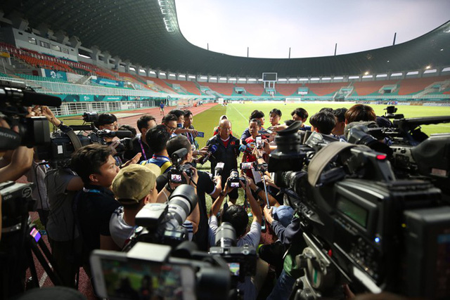HLV Park Hang-seo nhận được sự quan tâm lớn từ truyền thông. Trong cuộc phỏng vấn ngắn hôm nay, có không ít phóng viên đến từ quê hương ông - Hàn Quốc. Ảnh: Đức Đồng.