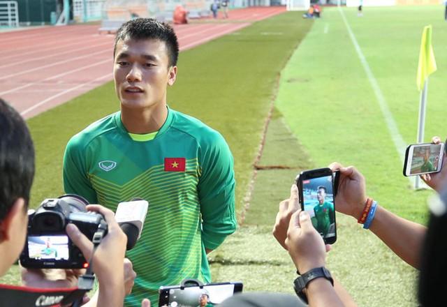 Tiến Dũng rất tự tin khi nói về trận bán kết với Hàn Quốc, trong cuộc phỏng vấn ngắn bên lề buổi tập của đội Việt Nam trên sân Pakansari