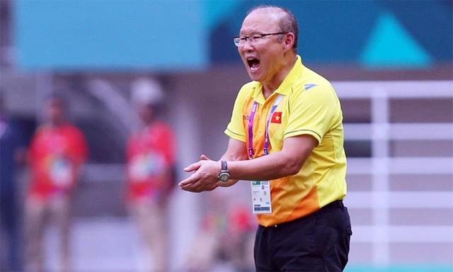 HLV Park Hang-seo ra sát đường biên để khích lệ, tiếp thêm tự tin cho các cầu thủ trong trận bán kết với đội tuyển Hàn Quốc quê hương ông. Ảnh: Đức Đồng.