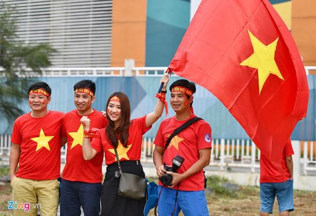 Các nữ CĐV xinh đẹp lặn lội từ Việt Nam để theo dõi các cầu thủ thần tượng thi đấu với ĐKVĐ ASIAD, Olympic Hàn Quốc. Ảnh: Việt Hùng (từ Indonesia).