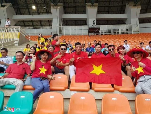 Diễn viên Bình Minh và ca sĩ Only C có mặt tại SVĐ Pakan Sari để tiếp lửa cho thầy trò HLV Park Hang-seo. Bình Minh chia sẻ anh đã hủy show để đáp chuyến bay sang Indonesia theo dõi trận cầu lịch sử của bóng đá Việt Nam.