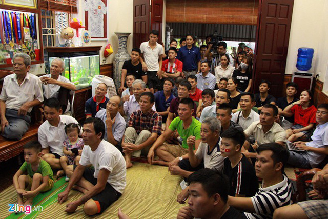 CĐV Việt Nam và Hàn Quốc tạo nên bầu không khí sôi động tại SVĐ Pakan Sari. Ảnh: Hoàng Hà, Việt Hùng (từ Indonesia).