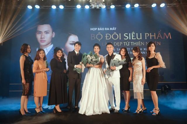 Hình ảnh 2 CEO và các giám đốc kinh doanh CUONGANH chụp cùng ca sỹ Trịnh Thăng Bình tại Event
