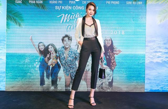 Siêu mẫu Thanh Hằng mặc thanh lịch đi xem phim.
