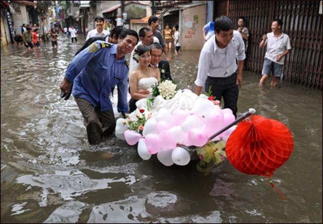 Một đám cưới khác cũng trong trận lụt năm 2008 ở Hà Nội, cô dâu chú rể di chuyển bằng thuyền giữa phố ngập nước. Ảnh: Internet