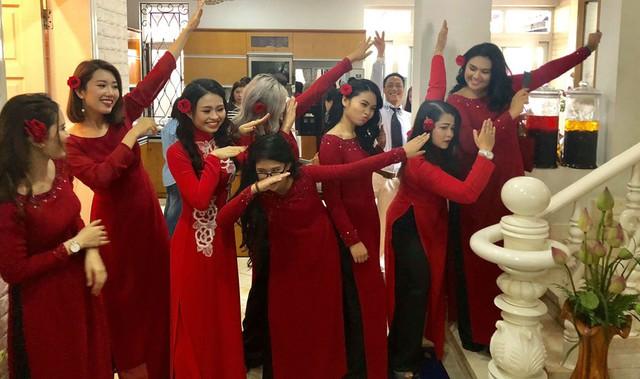 Thúy Ngân, Lê Lộc và nhiều diễn viên của sân khấu kịch Phú Nhuận đã có mặt trong lễ đón dâu của Xí Ngầu. Dàn phù dâu mặc đồng phục áo dài màu đỏ nổi bật, tạo dáng tinh nghịch sau khi hoàn thành các nghi lễ truyền thống.
