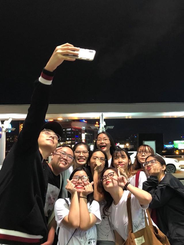 Nhiều người hâm mộ chụp hình cùng Rocker Nguyễn trước khi anh lên đường.