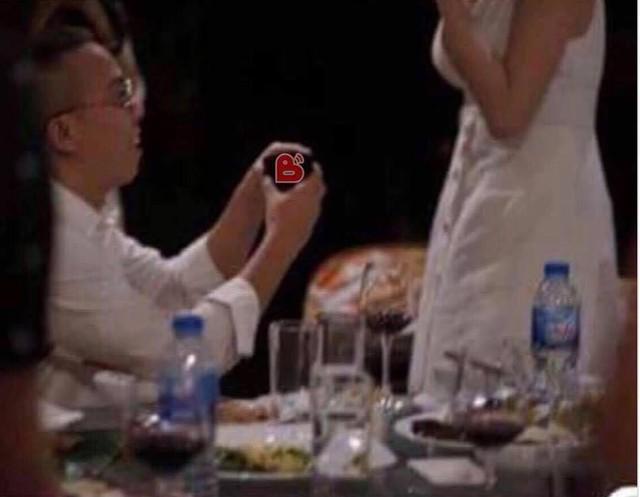 Hình ảnh được cho Hoàng Touliver cầu hôn Tóc Tiên gây bão mạng xã hội.