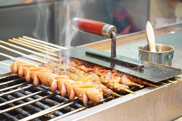 Cuối ngày, món thịt xiên nướng dậy mùi cả một góc phố sẽ khiến các tín đồ ăn vặt thòm thèm.  Gợi ý dành cho bạn: Hầu hết các món ăn ở Vân Nam đều cay và dầu mỡ vì khí hậu miền núi lạnh. Do đó, nếu không thể ăn cay, bạn chỉ cần học lỏm hai từ tiếng Trung: bu là (có nghĩa không cay) là được.     Theo Ngôi sao