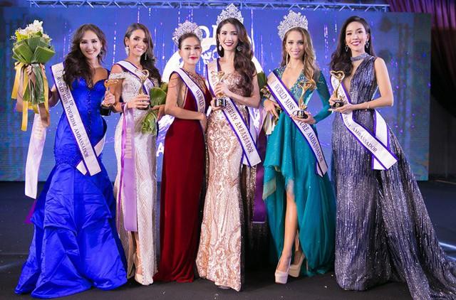 Phan Thị Mơ chụp ảnh cùng top 6 trong đêm chung kết World Miss Tourism Ambassador 2018.