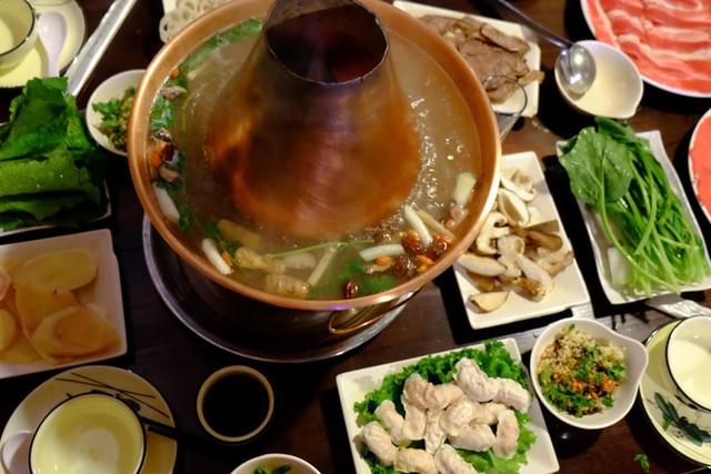Muốn đổi vị thì lẩu là lựa chọn không tồi. Chỉ cần tránh lẩu Tứ Xuyên cay tê lưỡi, lẩu bò yak có lớp váng mỡ dày đến nỗi sau khi ăn bạn phải uống trà gạo để cân bằng dạ dày thì có khá nhiều loại dễ ăn khác như: Lẩu thanh nhiệt vị thảo mộc nhẹ, lẩu cá, lẩu gà đất hầm... hầu hết đều có nước trong, vừa miệng.         Ngoài ra sashimi cá hồi cũng là một gợi ý khá ổn dành cho bạn.   Cuối ngày, món thịt xiên nướng dậy mùi cả một góc phố sẽ khiến các tín đồ ăn vặt thòm thèm.  Gợi ý dành cho bạn: Hầu hết các món ăn ở Vân Nam đều cay và dầu mỡ vì khí hậu miền núi lạnh. Do đó, nếu không thể ăn cay, bạn chỉ cần học lỏm hai từ tiếng Trung: bu là (có nghĩa không cay) là được.     Theo Ngôi sao