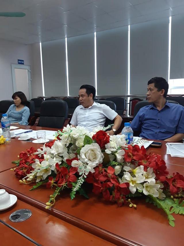 Ông Nguyễn Thế Giang (áo trắng ở giữa) Phó Giám đốc Sở Tài nguyên và Môi trường tỉnh Thái Nguyên trao đổi với PV. Ảnh: X.Thắng