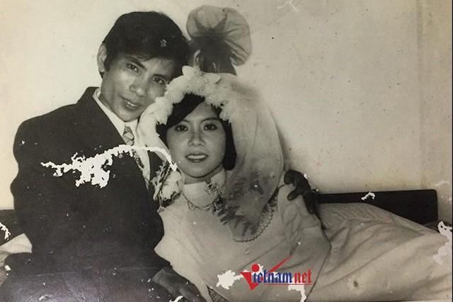 Ông Đỗ Văn Yên (SN 1944, Đống Đa, Hà Nội) nói: Đám cưới thời kỳ bao cấp thường chuẩn bị trước đó nhiều tháng. Việc quan trọng nhất là gia đình 2 bên sẽ dành tem phiếu mua bột mì, trứng, đường để làm bánh quy và mua thuốc lá.