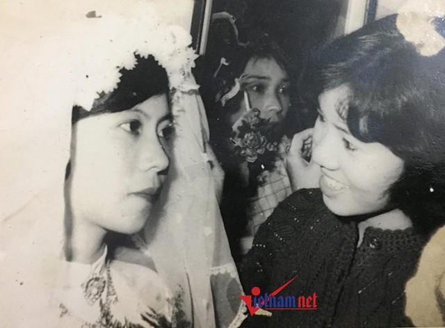 Trang phục cô dâu gồm hoa cài tóc bằng vải voan phồng, đầm cưới vải voan xếp lớp viền đăng-ten cổ điển. Điểm đặc trưng không thể thiếu của trang phục cô dâu thời bấy giờ là đôi găng tay trắng muốt.