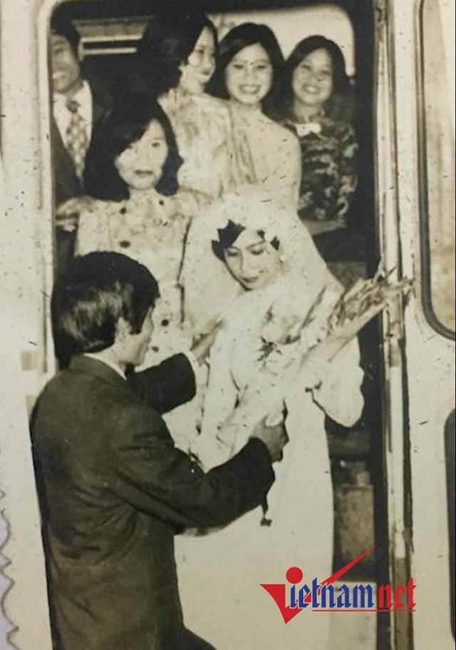 Thập niên 70 của thế kỷ trước, chỉ nhà khá giả mới có xe hoa cô dâu hoặc ai làm ở cơ quan xí nghiệp mới mượn được chiếc xe khách 24 chỗ chở cô dâu, chú rể và họ hàng.